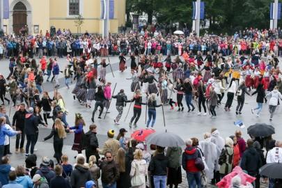 Tantsupidu Vabaduse väljakul Foto Peeter Langovits25