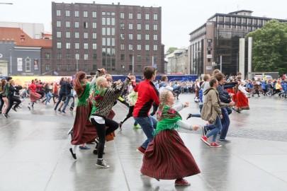 Tantsupidu Vabaduse väljakul Foto Peeter Langovits57