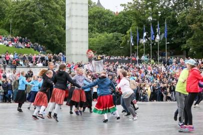 Tantsupidu Vabaduse väljakul Foto Peeter Langovits73