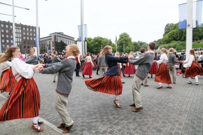 Tantsupidu Vabaduse väljakul Foto Peeter Langovits91