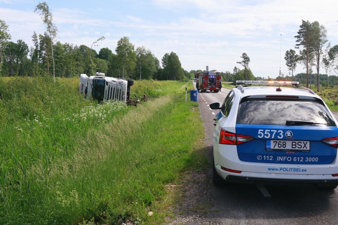Lihula maanteel sõitis veoauto kraavi
