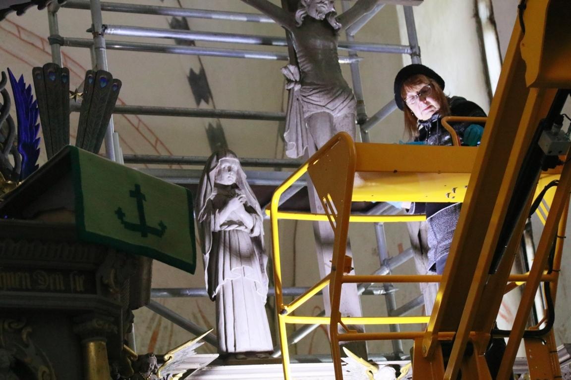 Restauraatorid lõpetasid Ridala kiriku vahevõre puhastamise