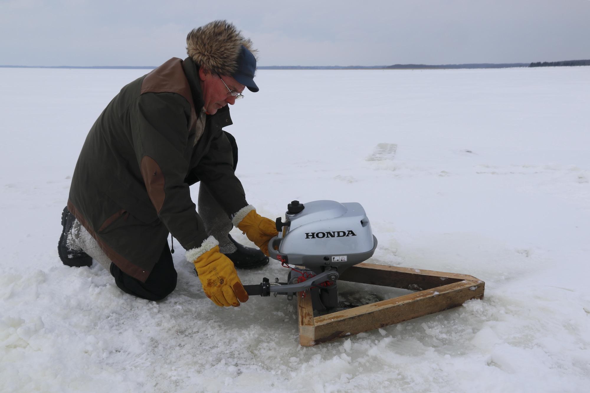 Tuulingu talu peremees Ants Ale ehitas jääkarusselli. Urmas Lauri